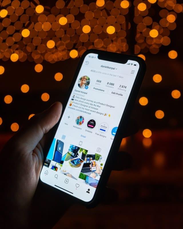 celular con pantalla de Instagram